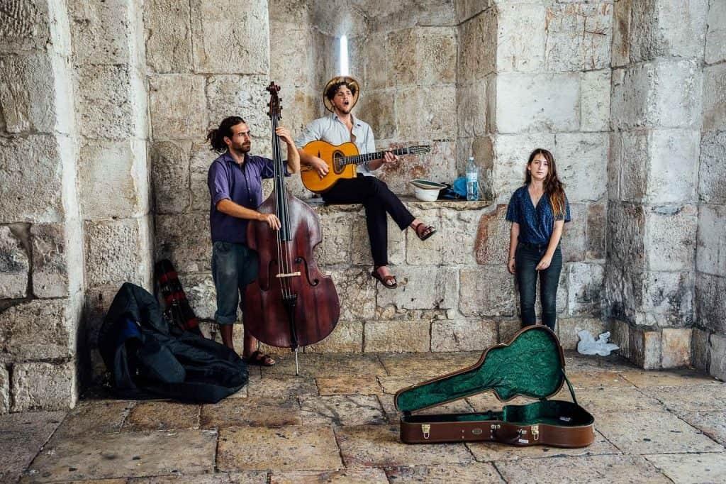 להקה מנגנת בירושלים