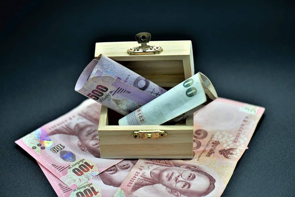 כסף בקופסה מעץ