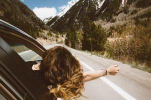 אישה מנופפת מהאוטו