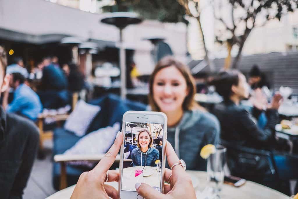 צילום אישה עם אייפון