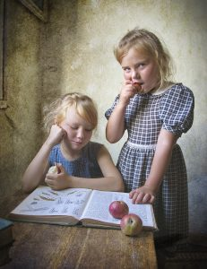 ילדים קוראים ספר