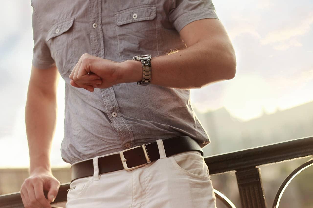 גבר עם שעון
