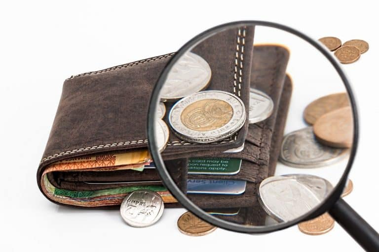 כסף על ארנק תחת זכוכית מגדלת